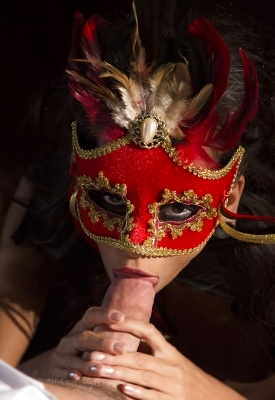 16 Pics: Halloween party turned hardcore in marti gras costumes
