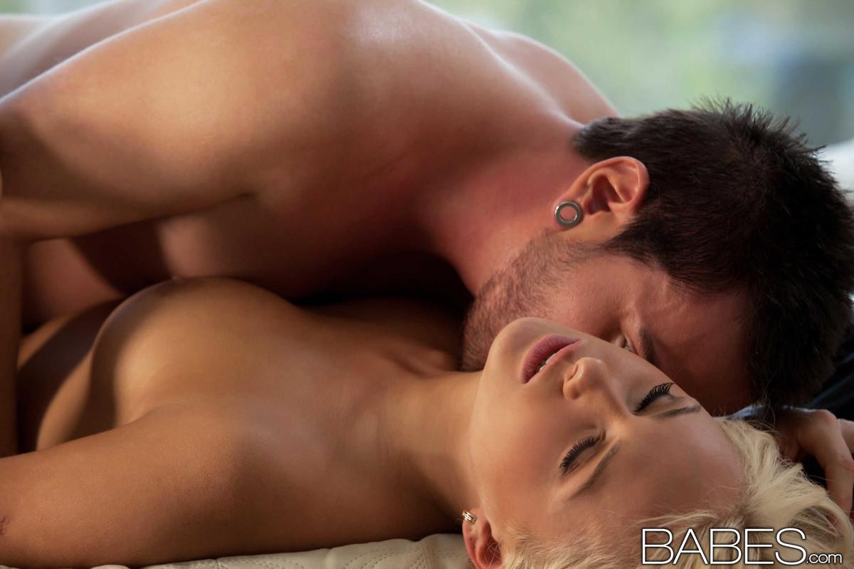 Секс влюбленных в красивом доме, парень дрочит свой анус