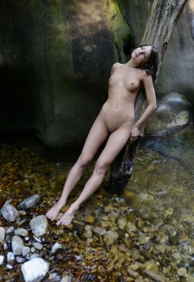 12 Pics: Erotic Beauty model Katoa posing nude in the stream