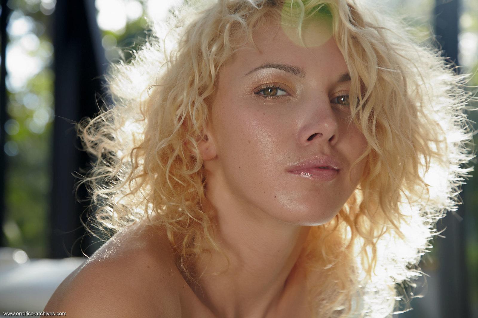 секс молодая кудрявая блондинка наслаждайся, как голые