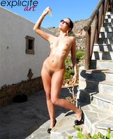 Graziel shows her sweet ass (nude photo 6 of 14)