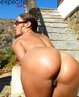 Graziel shows her sweet ass (nude photo 12 of 14)