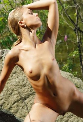 16 Pics: Lana in erotic outdoor shots