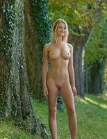 Carisha in Allee (nude photo 6 of 16)