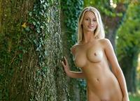 Carisha in Allee (nude photo 7 of 16)