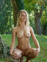 Carisha in Allee (nude photo 9 of 16)