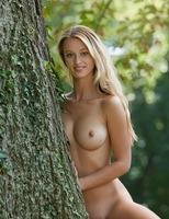 Carisha in Allee (nude photo 14 of 16)