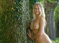 Carisha in Allee (nude photo 15 of 16)