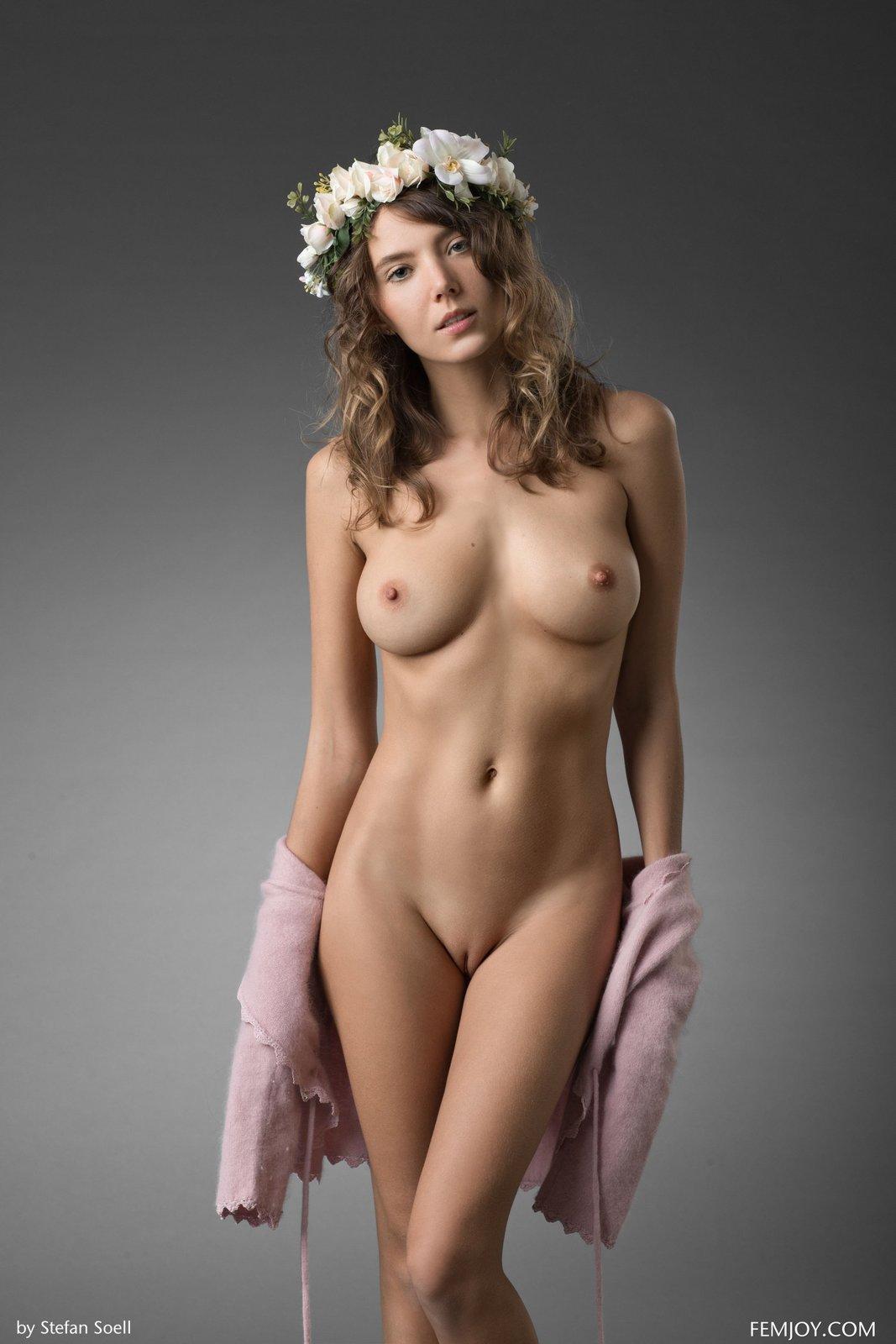Pretty Girls Posing Nude