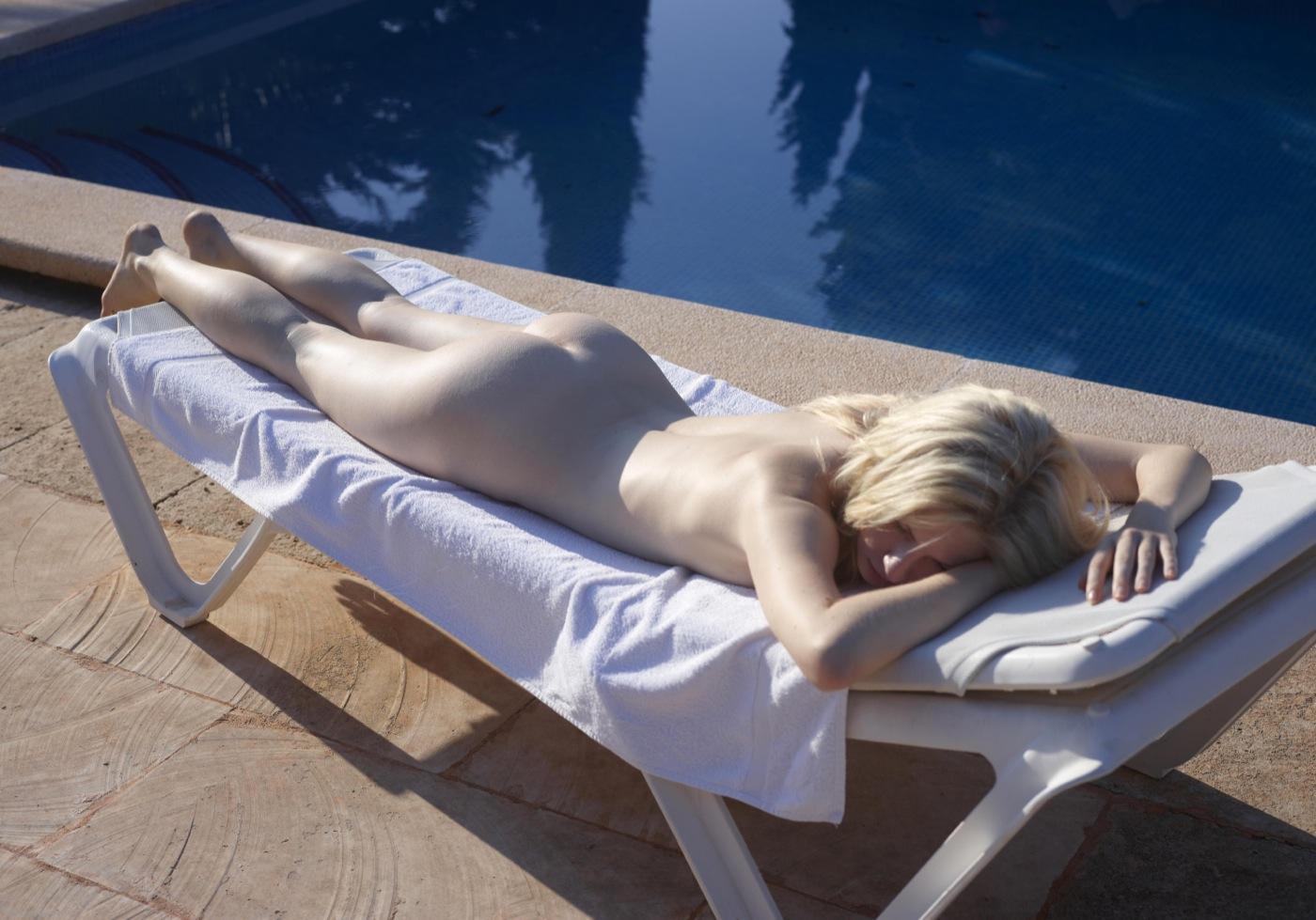Nude sexy ass sunbath, karen plays nude dildo