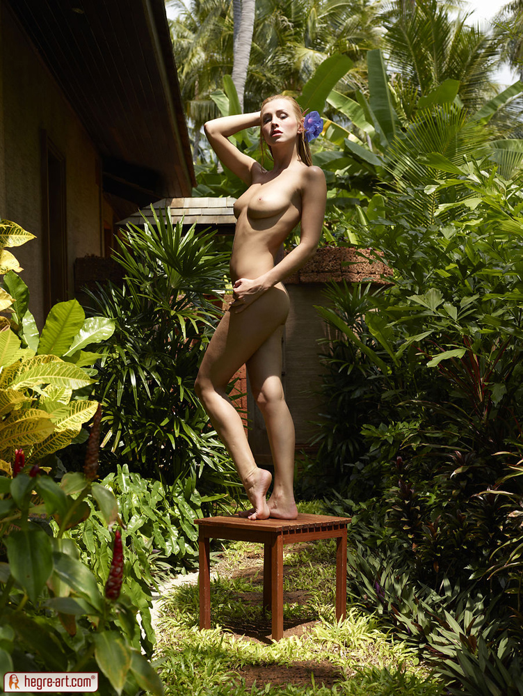 nude friends Alya with