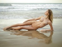 Sonya in Sunrise On The Beach by Hegre-Art (nude photo 5 of 12)