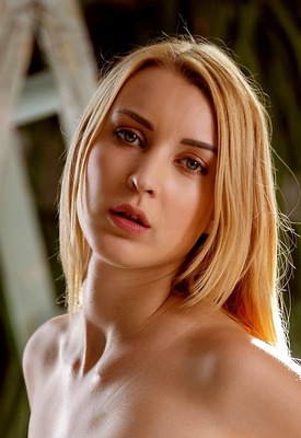 12 Pics & Free Video: Amaris in Green Thumb by Holly Randall