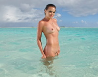 Flexible Renee Perez plays and spreads her pussy in the sea (nude photo 16 of 16)