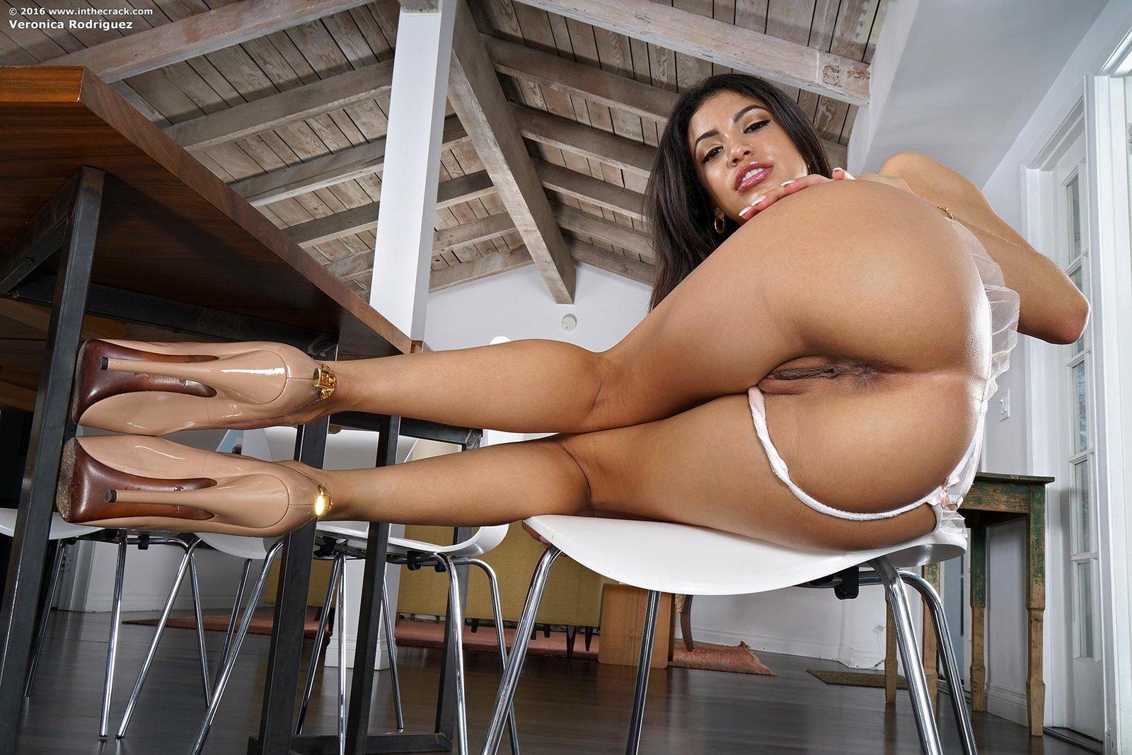 стенке, случайно голая жопа на стуле всего