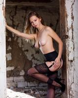 Amelia in Stilettos (nude photo 3 of 16)