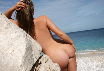 12 Pics: Bikini babe Jenna in beach nudes