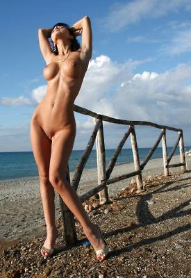 12 Pics: Roxana in nude art photos
