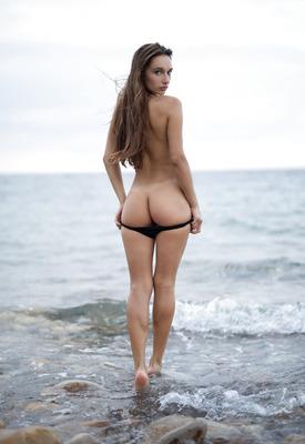 12 Pics: Stunning beach nudes of Gloria Sol posing for Photodromm