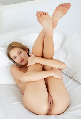 16 Pics: Seductive babe Tiffany Tatum spreading pink pussy in the bedroom
