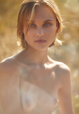 12 Pics: Hannah Ray in Prairie Rose by Superbe Models