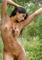 Martina in the Jungle (nude photo 6 of 16)