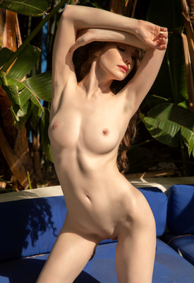 12 Pics: Emily Bloom in Oasis