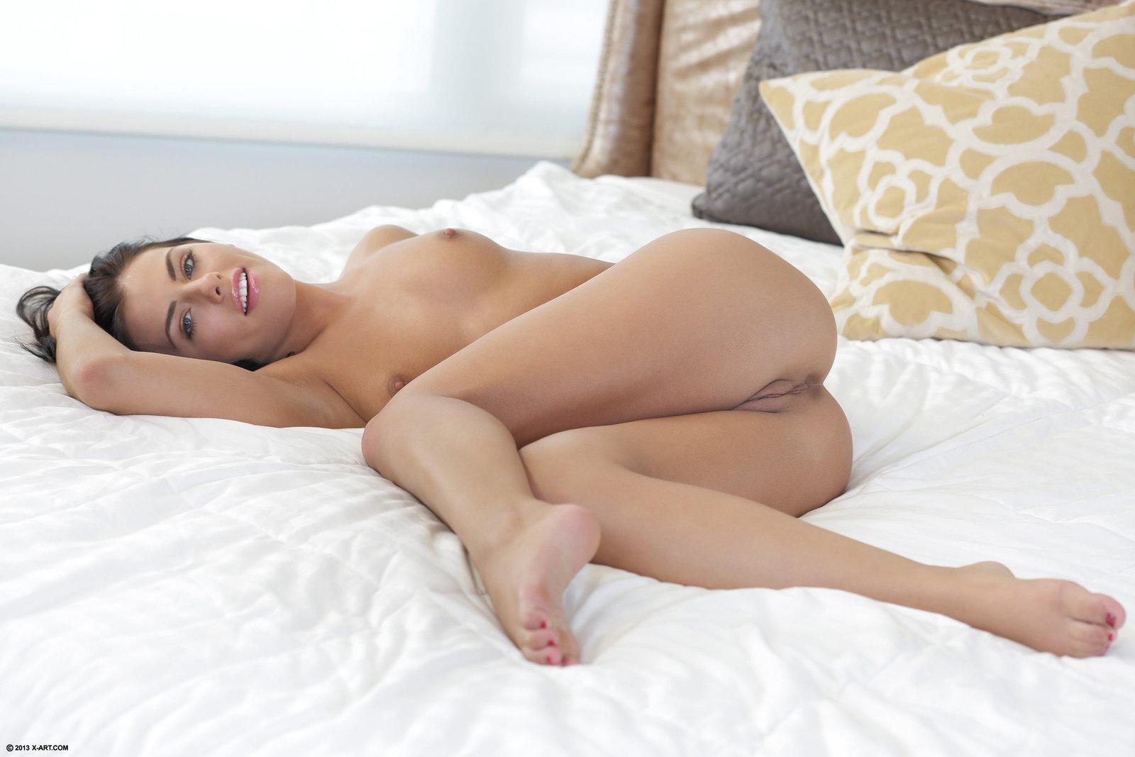 голые девушки ласкают свое тело фото дома на кровати моё