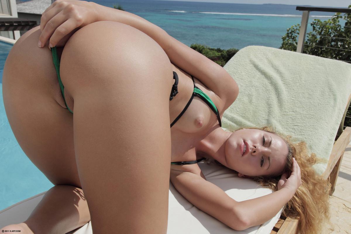 Порно стринги у девки на пляже, видео секс по веб камере русское