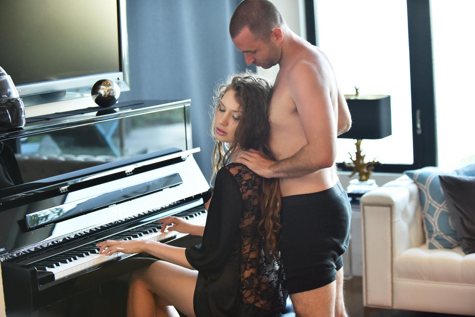 красивый секс на пианино знаю, чью