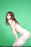 Liza in Green Philosophy (nude photo 6 of 16)