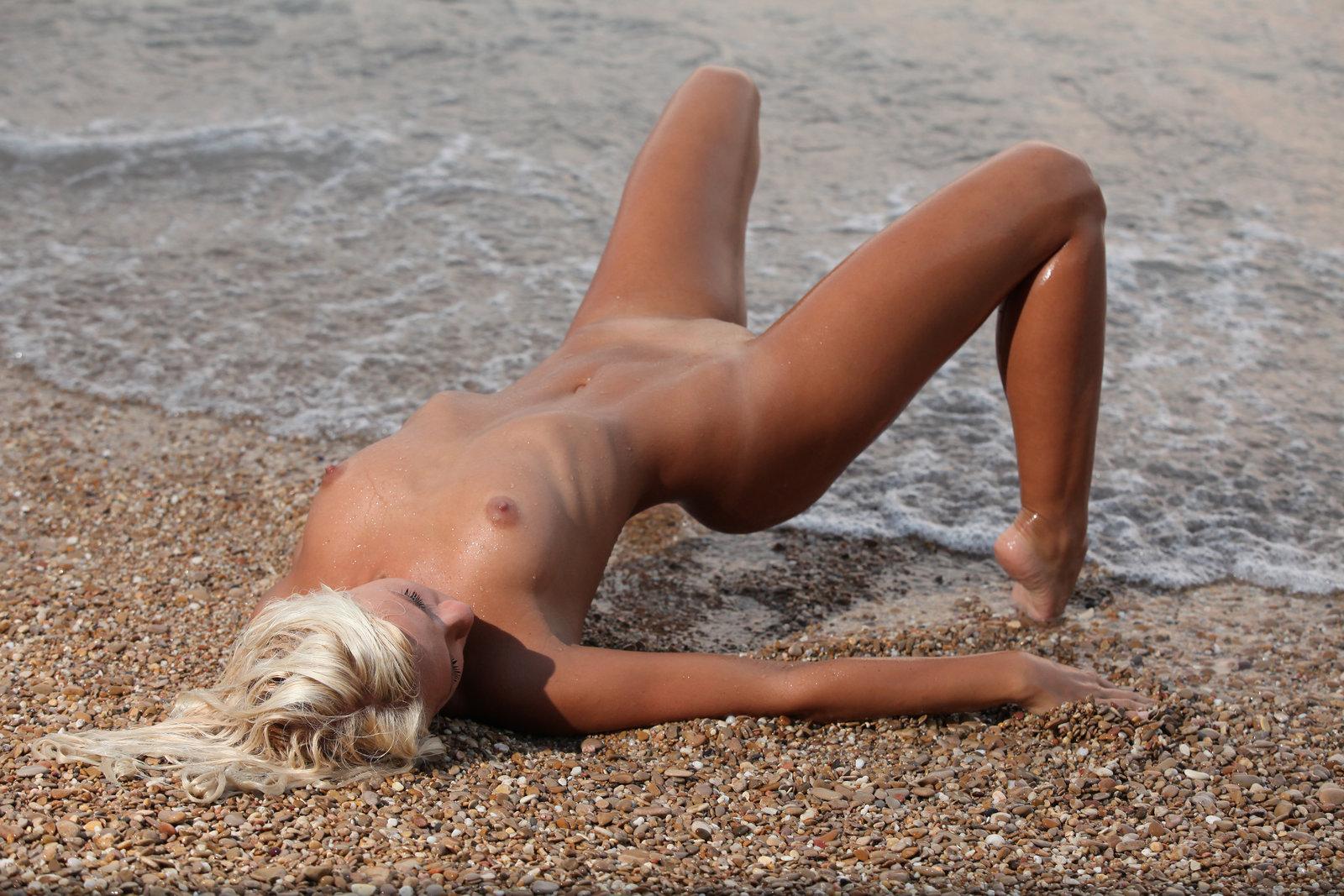 голая блондиночка на пляже откуда лена оказалась